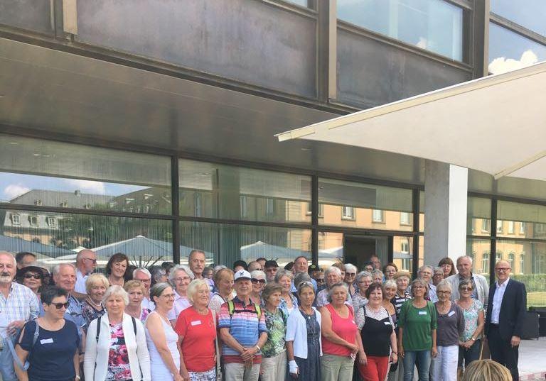 Gruppenbild vor dem Landtag
