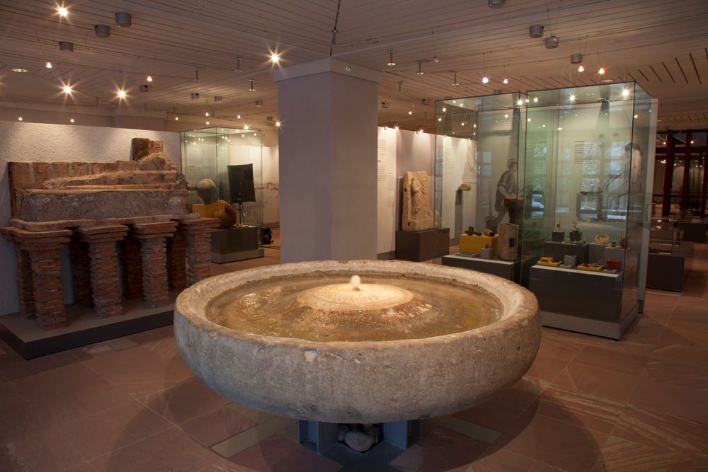 Römisches Wasserbecken, sogenanntes Labrum, aus dem römischen Bad unter der St. Pelagius-Kirche (Foto: Dominikanermuseum)