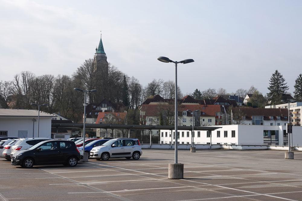 Auf dem Oberdeck von EDEKA Culinara stehen während der Sanierung des Parkhauses am Kriegsdamm Parkplätze für Dauerparker bereit (Foto: Stadt Rottweil).