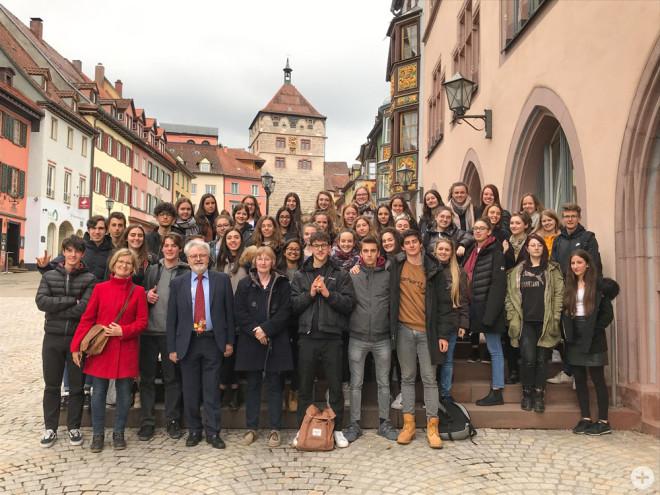 Stadtrat Arved Sassnick hat als ehrenamtlicher Stellvertreter des Oberbürgermeisters Schüler aus Italien empfangen, die auf Einladung des Droste-Hülshoff-Gymnasiums in Rottweil zu Gast waren (Foto: Stadt Rottweil).