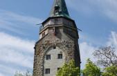 Das Schwarze Tor ist saniert, jetzt kommt der Hochturm dran: Wegen Gerüstbauarbeiten ist der Turm voraussichtlich drei Wochen lang für Besucher gesperrt. Währen der eigentlichen Sanierung ist der Zugang zum Turm und seiner Aussichtsplattform aber möglich