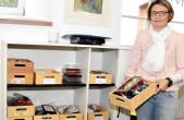 Isabella Kruppa vom städtischen Fundbüro zeigt einen kleinen Teil der Fundsachen, die bei ihr abgegeben werden