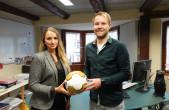 Eva Schumacher reicht den Ball weiter an Patrik Rau, der sich ab sofort um den Bereich Hallen und Sport bei der Stadt Rottweil kümmert (Foto: Stadt Rottweil).