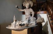 """Der Rottweiler Künstler Reinhold Ulmschneider bietet Führungen durch seine aktuelle Ausstellung """"Kleine Festung Europa"""" im Alten Rathaus und im Stadtmuseum Rottweil (Foto: Stadt Rottweil)."""