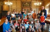 Fünftklässler der Rottweiler Walddorfschule haben OB Ralf Broß im Alten Rathaus besucht, um mehr über den Beruf des Oberbürgermeisters und weitere Berufe bei der Stadt Rottweil zu erfahren (Foto: Stadt Rottweil).