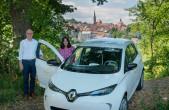 Freuen sich über das erste E-Auto bei der Stadt Rottweil: OB Ralf Broß und Sylvia Allgaier-Barth, zuständig für Organisationsfragen und unter anderem für die Beschaffung von Fahrzeugen zuständig (Foto: Stadt Rottweil).