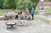 Der neue Grillplatz gegenüber der Dreher'schen Mühle ist ein Resultat des Rottweiler Jugendhearings. Gemeinsam mit KiJu-Leiter Herbert Stemmler haben die Jugendlichen den Platz mit einem zünftigen Grillfestle eingeweiht (Foto: Stadt Rottweil).