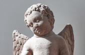 """Der kleine Renaissance-Putto mit Delfin und Wappenkartusche ziert den Brunnen oberhalb der Lorenkapelle, der in der Nachbarschaft deshalb auch liebevoll """"Malesbrunnen"""" genannt wird (Foto: Dominikanermuseum)."""