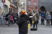 """Wettbewerbsdisziplin """"Feder abschlagen"""" beim Klepferwettbewerb für Kinder und Jugendliche (Foto: Stadt Rottweil)"""