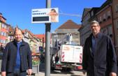 Mehr Schutz gegen Verkehrslärm: Bürgermeister Dr. Christian Ruf (links) und Fachbereichsleiter Bernd Pfaff (rechts) mit dem neuen Lärmdisplay in der Hochbrücktorstraße (Foto: Stadt Rottweil).