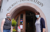 Laura Williams (links) und Katja Kiefer (rechts) von der Tourist-Information freuen sich auf Gäste. Zum Schutz der Mitarbeiterinnen und der Gäste gilt in der Rottweiler-Tourist-Information weiterhin die Maskenpflicht (Foto: Stadt Rottweil).