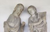 Der Apostel mit der Schriftrolle und der Apostel Johannes gehören zum Apostelzyklus über dem Westportal des Kapellenturms, den der Christusmeister der Rottweiler Bauhütte um 1350 schuf (Bild: Hak Design).