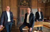 Oberbürgermeister Ralf Broß (links) und Bürgermeister Dr. Christian Ruf (rechts) gratulieren Rudolf Mager (Mitte) zu seiner Wahl als zukünftiger Fachbereichsleiter Bauen und Stadtentwicklung in Rottweil (Foto: Stadt Rottweil).