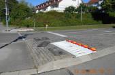 Die Absperrungen einer Baustelle in der Feldbergstraße wurden zuletzt von Unbekannten wiederholt abgebaut. Die Stadt bittet um sachdienliche Hinweise an die Polizei (Fotos: Stadt Rottweil).