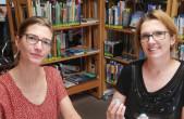 Sophia Miller (links) und Diana Lange (rechts) testen die neuen Mini-Roboter namens Ozobots in der Stadtbücherei, die nach den Ferien auch an die Schulen ausgeliehen werden (Foto: Stadtbücherei).