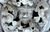 Der sogenannte Masken-Schlussstein ist nur eines der zahlreichen Exponate aus der Kunstsammlung Lorenzkapelle (Foto: Hak Design).