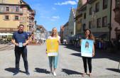 """Lust auf """"Sommer in Rottweil"""" machen die neuen Plakate, Postkarten und Flaggen vom Rottweiler Tourismus- und Stadtmarketing. Unser Bild zeigt von links Detlev Maier (Gewerbe- und Handelsverein), Franziska Gruhl (Tourismus- und Stadtmarketing Stadt Rottwei"""