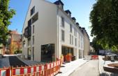 Die Gestaltung des Straßenraums in der Höllgasse, der Hinteren Höllgasse und der Rathausgasse nimmt Gestalt an. Fußgänger können die Baustelle im August bereits passieren (Fotos: Stadt Rottweil).