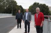 Bürgermeister Dr. Christian Ruf (Mitte), Abteilungsleiter Timo Geiger (links) und Dieter Plocher (rechts) von der städtischen Abteilung Tiefbau freuen sich über die pünktliche Fertigstellung der Brücke zwischen Altstadt und Bahnhof im Bereich der Lehrstra