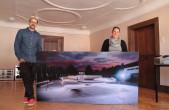 """Robert Hak zeigt seine Dokumentation """"Building a home for skateboarding"""" im Rottweiler Stadtmuseum. Museumsleiterin Martina Meyr hat den Skatern zwei Räume im obersten Stockwerk dafür zur Verfügung gestellt (Foto: Stadt Rottweil)."""