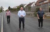 Bürgermeister Dr. Christian Ruf (Mitte), Tiefbauabteilungsleiter Timo Geiger (rechts) und sein Mitarbeiter Dieter Plocher (links) freuen sich über den Abschluss der Arbeiten an der Tannstraße (Foto: Stadt Rottweil).