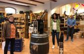 Freuen sich über die erfolgreiche Kunst-Rallye in Rottweil (von links): Gewinnerin Veronika Schmid, Kulturamtsleiter Marco Schaffert, Gewinnerin Birgit Schmider und Sponsor Michael Grimm (Foto: Ann-Sophie Bausch).