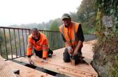 Winfried Ehrler und Andreas Hörnle während der Arbeiten am Bonifatiusweg (Foto: Stadt Rottweil).