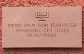 Die ehemalige Rottweiler Synagoge in der Kameralamtsgasse wurde 1938 geschändet. Eine Tafel erinnert an das ehemalige Gotteshaus (Foto: Stadt Rottweil).