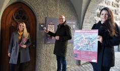 Testen am Schwarzen Tor den neuen Audioguide der Stadt Rottweil (von links): Simone Strasser, Abteilung Tourismus, OB Ralf Broß und Wirtschaftsförderin Ines Gaehn (Foto: Stadt Rottweil).