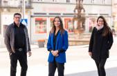 Rottweils neue Innenstadtmanagerin Tamara Retzlaff (Mitte) ist bereits in der Innenstadt unterwegs. Detlev Maier vom Gewerbe- und Handelsverein sowie die städtische Wirtschaftsförderin Ines Gaehn begleiten sie dabei (Foto: Ralf Graner).