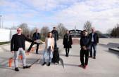 Freuen sich über den erfolgreichen Projektabschluss beim Skatepark und die Förderung der Europäischen Union (von links): OB Ralf Broß, Fachbereichsleiter Bauen und Stadtentwicklung Lothar Huber, Angela Blaes, Geschäftsführerin der LEADER-Aktionsgruppe Obe