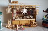 Holzspielzeug und ein Karussell dürfen auf keinem Weihnachtsmarkt fehlen – auch der Mini-Weihnachtsmarkt im Schaufenster des Rottweiler Stadtmuseums wird damit ausgestattet sein (Foto: Doris Wilbs).