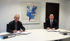Thomas Steier, Leiter Vermögen und Bau Amt Konstanz (links) und Bürgermeister Dr. Christian Ruf (rechts) unterzeichnen den Städtebaulichen Vertrag zum Neubau der Justizvollzugsanstalt Rottweil (Foto: Stadt Rottweil).