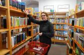 Diana Lange stellt Medienpakete für das Bücherauto zusammen.