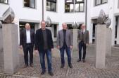 """Oberbürgermeister Ralf Broß (rechts) und Bürgermeister Dr. Christian Ruf (links) gratulieren Erik Fiss (Zweiter von links) zur Wahl als neuer Leiter des Fachbereichs 5 """"Hochbau und Gebäudewirtschaft"""". Er wird Nachfolger von Peter Hauser (Zweiter von recht"""