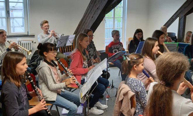 Mitwirkende des Bläserspielkreis und des Blockflöten-Ensembles bei der gemeinsamen Probe für das Konzert am Sonntag.