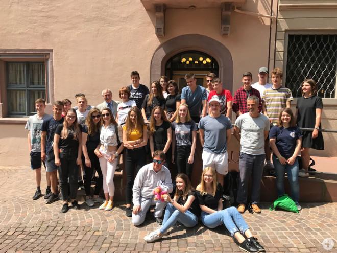 OB-Stellvertreter Karl-Heinz Weiß empfängt Schülerinnen und Schüler aus Polen, die auf Einladung des Droste-Hülshoff-Gymnasiums in Rottweil zu Gast waren (Foto: Stadt Rottweil).
