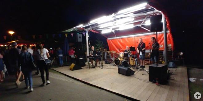 """Am Samstag gibt es ab 20.00 Uhr bis 01.00 Uhr Live-Musik auf der Bühne """" aus dem Dorf für das Dorf"""" unter anderem mit """"Santos"""""""