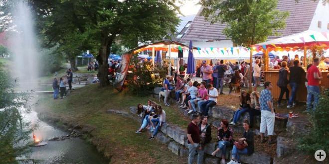 Kerzen und Wasser-Fontainen setzen die Starzel in Szene und versetzen das Dorffest und seine Besucher in eine besonders stimmungsvolle Atmosphäre.