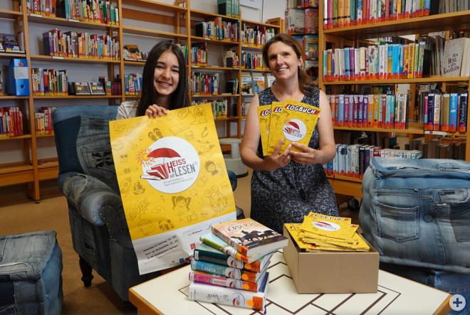 """Diana Lange (rechts) und Praktikantin Valeria Walder (links) freuen sich schon auf die Sommer-Aktion """"Heiss auf Lesen"""" in der Stadtbücherei (Foto: Stadt Rottweil)."""