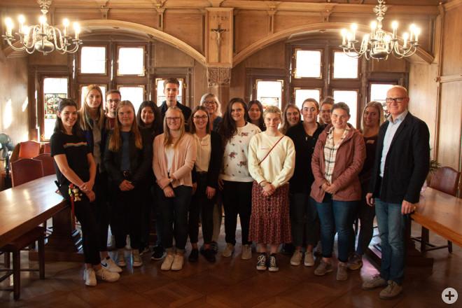 Oberbürgermeister Ralf Broß begrüßt die Berufsstarter, die in den städtischen Kindergärten Hegneberg, Neukirch und Feckenhausen, den Rathäusern, der Konrad-Witz-Schule und der Achert-Schule sowie bei der Feuerwehr eingesetzt werden. Auf dem Foto sind auch
