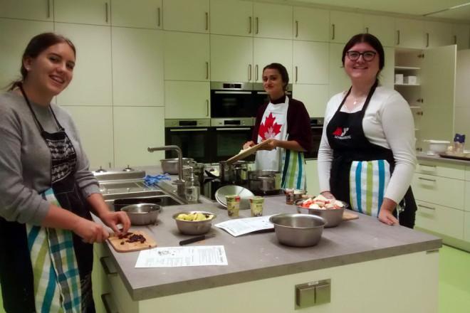 So macht Kochen Spaß: Susann Fischer, Celine Sakautzky und Angela Herbut von der Klasse 10c der Rottweiler Realschule in der neuen Lehrküche (von links, Foto: Realschule).