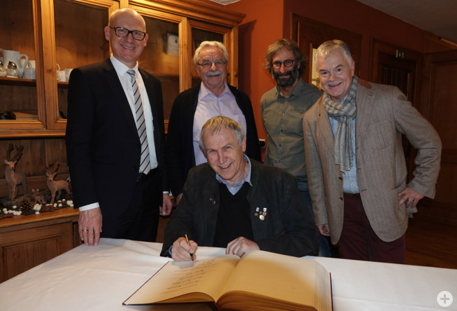 Für besonders langjähriges kommunalpolitisches Engagement ehrte OB Ralf Broß (links) Hermann Breucha, Karl-Heinz Weiss, Reiner Hils und Hans-Peter Alf mit dem Eintrag ins Goldene Buch (von links).