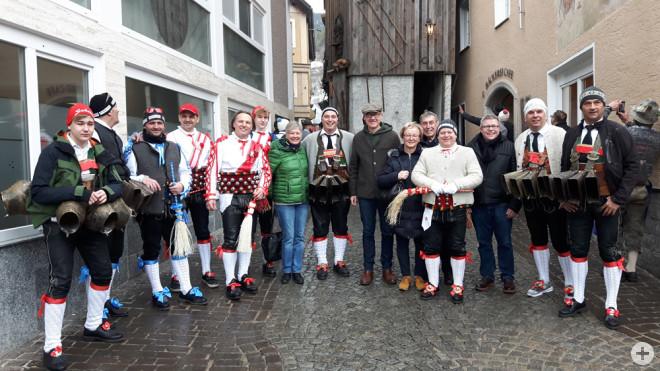 Eine Rottweiler Delegation war beim Imster Schemenlauf auf Einladung österreichischen Partnerstadt zu Gast. Das Bild zeigt Anne Probst (7. v. l.), Ralf Broß (7. v. r.), Gabi und Jürgen Ulbrich (6. und 5. v. r.) und Marco Schaffert (3. v. r.) im Kreise ei