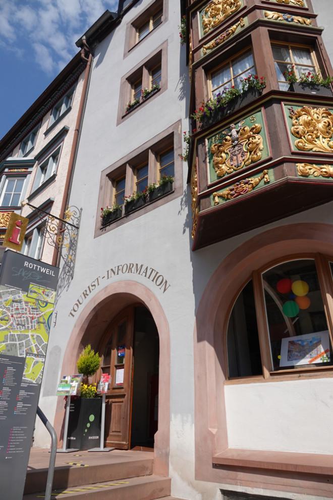 Zum Schutz der Mitarbeiterinnen und der Gäste gilt in der Rottweiler-Tourist-Information weiterhin die Maskenpflicht (Foto: Stadt Rottweil).