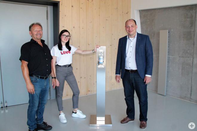 Die Rottweiler Firma rgk Großküchen spendet selbst entwickelte Desinfektionsspender aus Edelstahl (auf dem Bild von links): Johann und Sandra Stefaniga mit Bürgermeister Dr. Christian Ruf in der Mehrzweckhalle Göllsdorf (Foto: Stadt Rottweil).