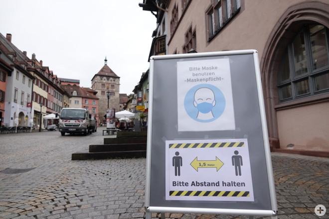 Schilder auf dem Wochenmarkt erinnern an die Maskenpflicht (Foto: Stadt Rottweil).