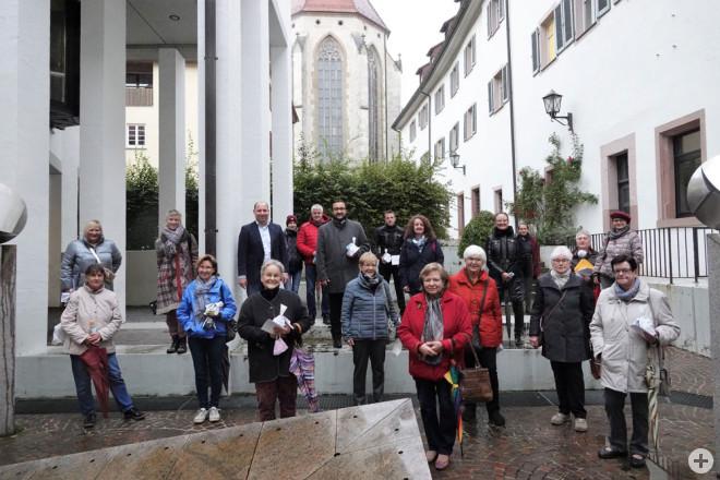 Bürgermeister Dr. Christian Ruf (Fünfter von links) ehrt die Preisträgerinnen und Preisträger des diesjährigen Blumenschmuck-Wettbewerbs. Das Foto entstand noch vor der erneuten Verschärfung der Corona-Schutzmaßnahmen (Foto: Stadt Rottweil).