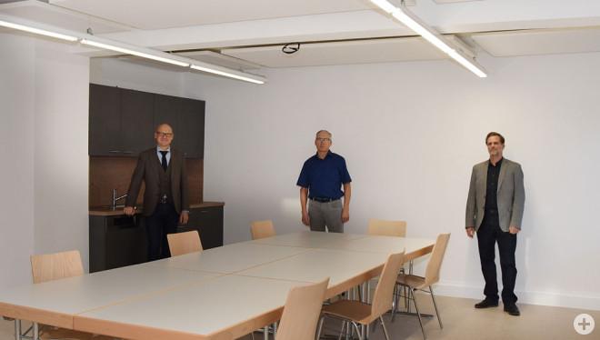 Oberbürgermeister Ralf Broß, Zepfenhans Ortsvorsteher Eugen Mager und Alexander Butterweck von der Stadtbau Rottweil (von links) freuen sich über den renovierten Gemeinschaftraum im Rathaus Zepfenhan (Foto: Stadt Rottweil).
