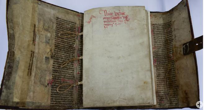 Das Stadtarchiv Rottweil hat wertvolle Dokumente restauriert und für die Zukunft gesichert. Gefördert wurde das Projekt von der Stiftung Kulturgut Baden-Württemberg. Das Bild zeigt das Urbar der Kapellenkirche (1523) nach der Restaurierung (Foto: Stadtarc